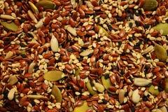 Blandning av grönt frö för solrosfrö och svart- och bruntsesamsom sund vegetarisk matbakgrund Arkivfoto