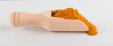 Blandning av indiska krydda- och örtpulver i skopa fotografering för bildbyråer