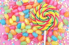 Blandning av konfekt och raringar: sockerkonfettier, konfekt, lollypop, gelé, godis arkivfoto