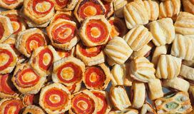 Blandning av läckra aptitretare och små pizza som göras av smördeg royaltyfri foto