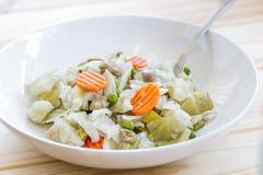 Blandning av lagade mat grönsaker på trätabellen Banta och sund mat Royaltyfri Bild