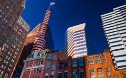 Blandning av moderna och gamla byggnader i Baltimore, Maryland. Arkivfoton