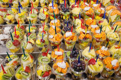 Blandning av nya frukter på ett stånd Royaltyfri Bild