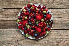 Blandning av olika sommarbär Antioxidants detox bantar, organiska frukter Royaltyfri Foto