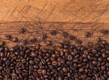 Blandning av olika sorter av kaffebönor klart bruk för bakgrundskaffe Arkivfoto