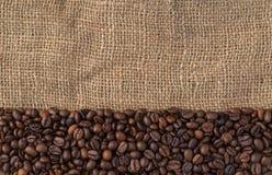 Blandning av olika sorter av kaffebönor på jutebakgrund Royaltyfri Foto