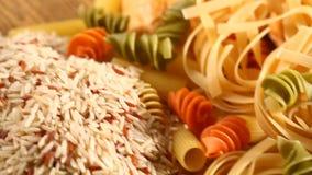 Blandning av ris och bröd med pasta arkivfilmer