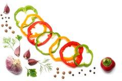 blandning av söt spansk peppar, vitlök, löken och persilja som isoleras på vit bakgrund Top beskådar Arkivfoton