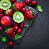 Blandning av saftiga sommarfrukter och bär Jordgubbe körsbär, kiwi arkivfoto