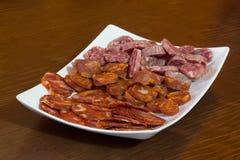 blandning av spansk salami, korven och skinka arkivfoton