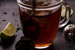 Blandning av teet under den brygga processen Arkivfoton