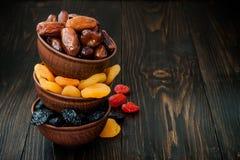 Blandning av torkade frukter och muttrar på en mörk wood bakgrund med kopieringsutrymme Symboler av judaic ferie Tu Bishvat Fotografering för Bildbyråer