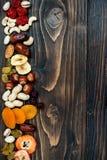 Blandning av torkade frukter och muttrar på en mörk wood bakgrund med kopieringsutrymme Top beskådar Symboler av judaic ferie Tu  Royaltyfri Bild