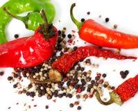 Blandning av varma peppar på vit Arkivfoton