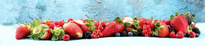 Blandning för över huvudet closeup för bär färgrik blandad av jordgubben, bl fotografering för bildbyråer
