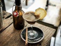 Blandning för med is kaffe för fusion med citronjuice arkivfoton