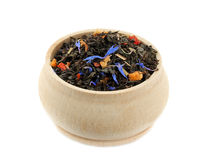 Blandning för svart te med torkad frukter och blåklint i träbunke Royaltyfri Fotografi