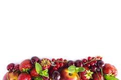 Blandningbär som isoleras på en vit Mogna aprikors, röda vinbär, körsbär och jordgubbar Bär och frukter med kopieringsutrymme för Royaltyfri Bild
