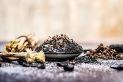 Blandningen eller ingredienser av den traditionella tandkr?men gjorde i Asien I E Bränna till kol pulver, pulver av neembusken, k royaltyfria bilder