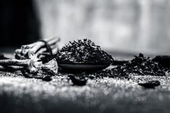 Blandningen eller ingredienser av den traditionella tandkr?men gjorde i Asien I E Br?nna till kol pulver, pulver av neembusken, k arkivbild