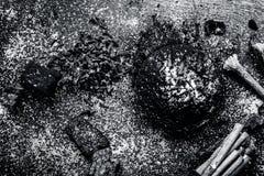Blandningen eller ingredienser av den traditionella tandkr?men gjorde i Asien I E Br?nna till kol pulver, pulver av neembusken, k royaltyfria foton