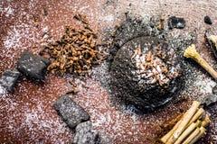 Blandningen eller ingredienser av den traditionella tandkr?men gjorde i Asien I E Br?nna till kol pulver, pulver av neembusken, k royaltyfri foto