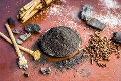Blandningen eller ingredienser av den traditionella tandkr?men gjorde i Asien I E Br?nna till kol pulver, pulver av neembusken oc royaltyfri bild