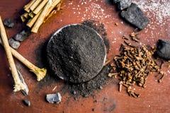 Blandningen eller ingredienser av den traditionella tandkr?men gjorde i Asien I E Br?nna till kol pulver, pulver av neembusken oc royaltyfria bilder