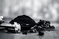 Blandningen eller ingredienser av den traditionella tandkr?men gjorde i Asien I E Br?nna till kol pulver, pulver av neembusken oc arkivbilder