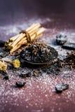 Blandningen eller ingredienser av den traditionella tandkr?men gjorde i Asien I E Br?nna till kol pulver, pulver av neembusken oc royaltyfria foton