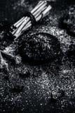 Blandningen eller ingredienser av den traditionella tandkr?men gjorde i Asien I E Br?nna till kol pulver, pulver av neembusken oc arkivfoton