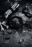 Blandningen eller ingredienser av den traditionella tandkr?men gjorde i Asien I E Br?nna till kol pulver, pulver av neembusken oc arkivbild