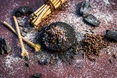Blandningen eller ingredienser av den traditionella tandkr?men gjorde i Asien I E Br?nna till kol pulver, pulver av neembusken oc royaltyfri foto