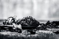 Blandningen eller ingredienser av den traditionella tandkr?men gjorde i Asien I E Br?nna till kol pulver, pulver av neembusken oc fotografering för bildbyråer