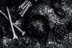 Blandningen eller ingredienser av den traditionella tandkr?men gjorde i Asien I E Br?nna till kol pulver, pulver av neembusken oc arkivfoto