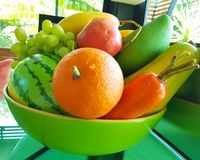 Blandningfruktmodeller i bunken Royaltyfri Fotografi