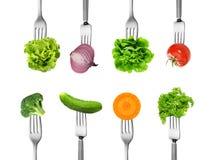 Blandninggrönsaken med gaffeln bantar begrepp Arkivbild
