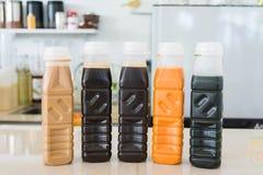 Blandningisdryck i packe: mjölkar thai te för citronen, thai te, gre Arkivfoton