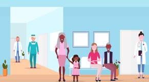 Blandninglopppatienter och doktorer i sjukhuset som väntar horisontal för korridor för medicinsk klinik för korridorhelthcarebegr vektor illustrationer