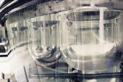 Blandningsläkarundersökningbehållare Arkivfoto