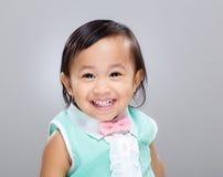 Blandras- behandla som ett barn flickaleendet Royaltyfri Fotografi
