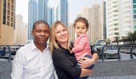 Blandras- familj med det lilla barnet i dubai Arkivbild