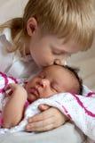 Blandras- familjbegrepp Kyssa för broder som är nyfött arkivfoto