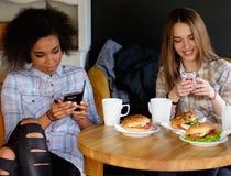 Blandras- flickor i ett kafé Fotografering för Bildbyråer