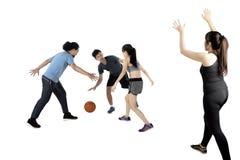 Blandras- folk som spelar basket Arkivbild
