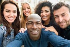 Blandras- grupp av ungdomarsom tar selfie arkivbild