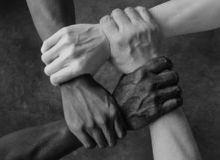 Blandras- grupp med den Caucasian svarta afrikanska amerikanen och asiatiska händer som rymmer sig handled i toleransenhetförälsk royaltyfria bilder