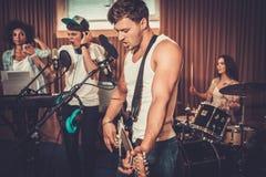 Blandras- musikmusikband i en studio royaltyfria bilder