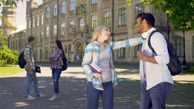 Blandras- omfamna för klasskompisar som är lyckligt att se sig efter ferier stock video