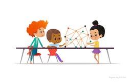 Blandras- pojkar och flickaanseende och sammanträde runt om tabellen med den strukturella modellen av molekylen på den Begrepp av stock illustrationer